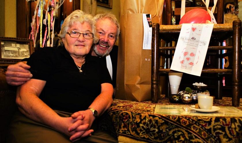 Yvonne Pothoff met Piet Hekker in de Bakkerswinkel waar ze zoveel jaren gewerkt heeft. Foto: Robbert Roos