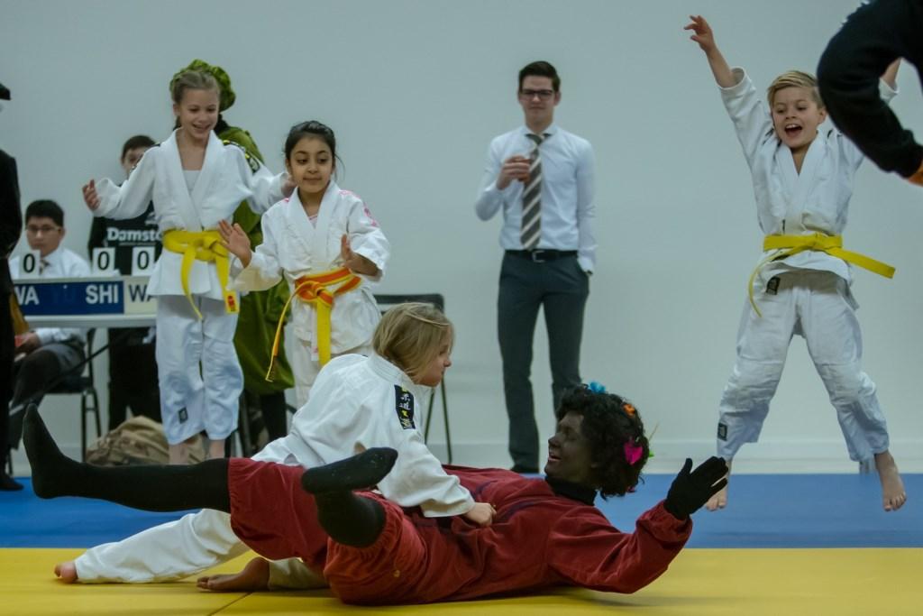 Jonge judoka's juichen om een wedstrijd tussen een judoka en piet.   Foto: Richard Snippe © DPG Media