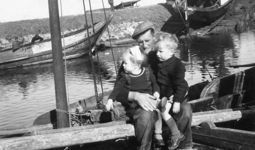 Visser met kinderen jaren '50. Bron: Stadsmuseum