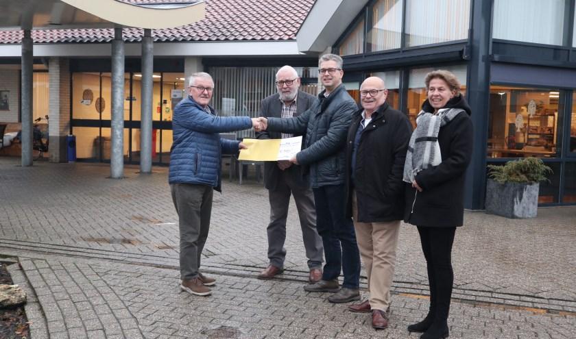 Overhandiging waardecheque. Met op de foto Jan Baan Gerrit Schothans Erik Baan Martin Boerman en Marja Steenbergen.