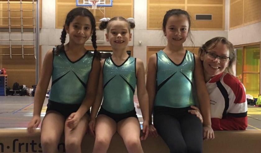 vlnr: Rima, Yaèlle, Sarah en trainster Larissa