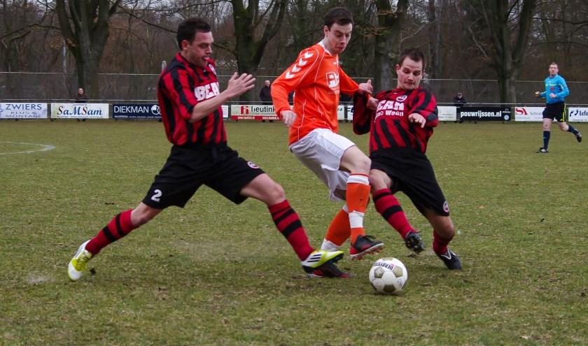 Menno Diepenbroek (in het oranje) in actie. (foto: Henk Reindsen)