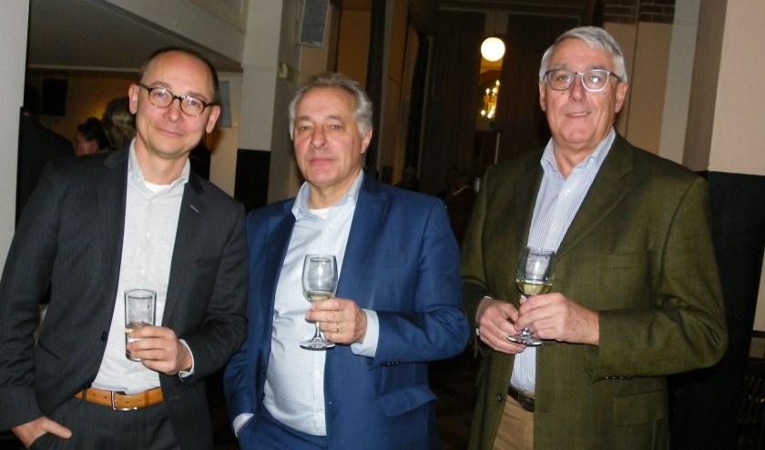 Tom van 't Hek (midden) was presentator van de bijeenkomst in Parkvila, die mede werd georganiseerd door Bas de Lange (li) en Gerard van der Klaauw van VOA. FOTO: Morvenna Goudkade