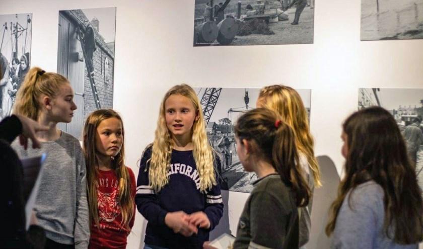 Twaalf Veerse kinderen lieten zich inspireren door de Veerse stadsfotograaf Leonard den Beer Poortugael. FOTO: JACQUELINE OOSTENBRUG