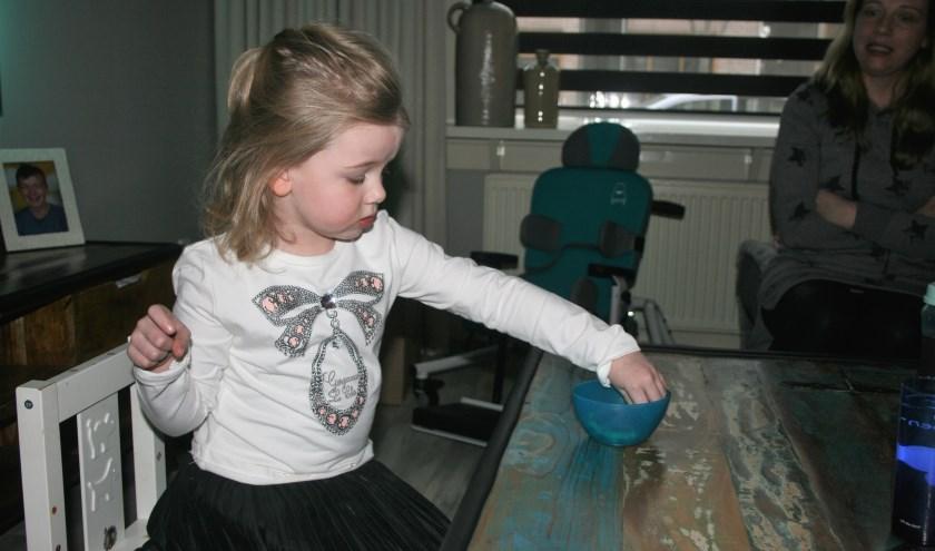 De vierjarige Evi van Zetten uit Tiel heeft de zeldzame stofwisselingsziekte CLN type 2. Rechts op de foto haar moeder Kim van Neerbos.