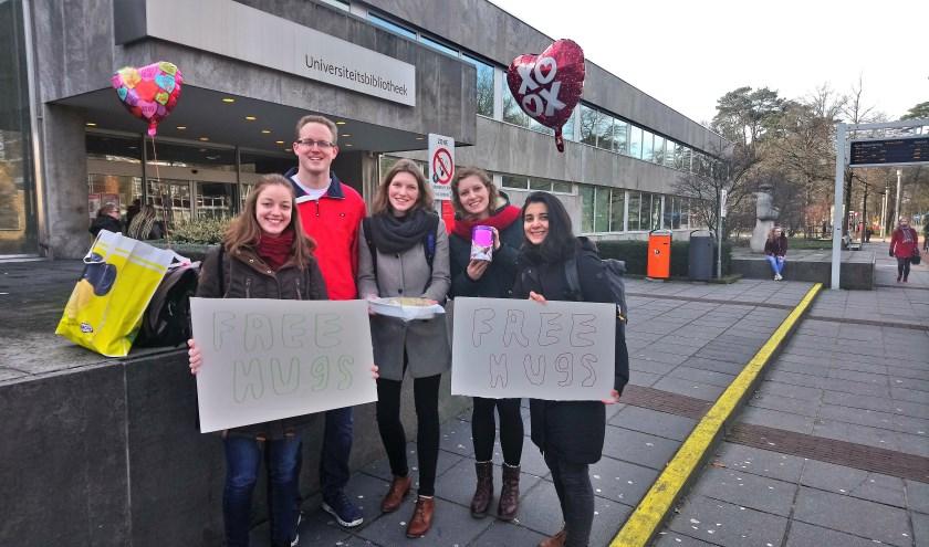 Sociale wetenschapper Rosalie van Woezik uit Nijmegen zet zich met een groep vrienden in voor  'random acts of kindness''. Een klein gebaar met groot effect.