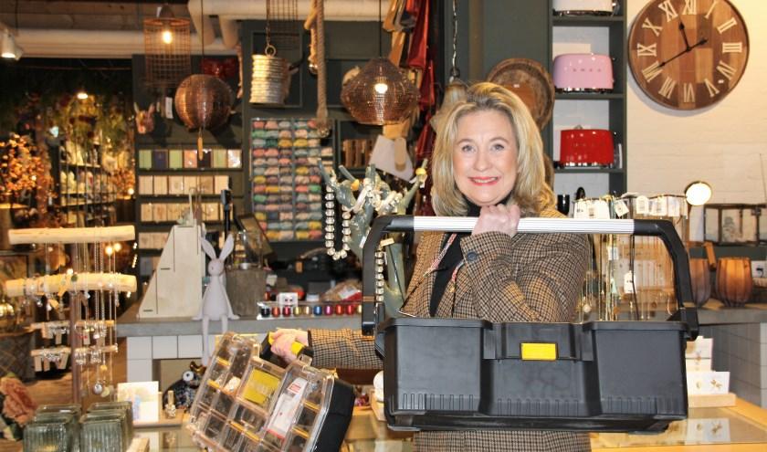 Eigenaresse Ricky met haar gereedschapkist waar menig man jaloers op zal zijn. FOTO: Astrid van Walsem
