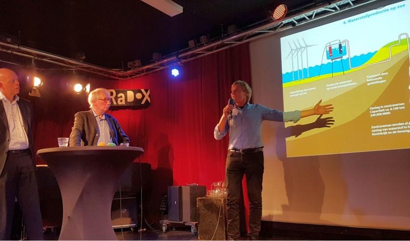 Michel Suijkerbuijk geeft een minicollege over de mogelijkheden van waterstof (foto: Jasper Schoonhoven)