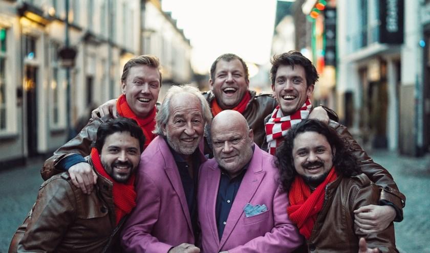 De Deurzakkers samen met de mannen van 'Hossen op de Markt', die het jubilerende feestduo op carnavalszondag met een twee uur durende show in de schijnwerpers zet.