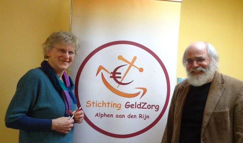 Bestuursleden Erna Teule en Herman Engelberts van Stichting GeldZorg Alphen aan den Rijn
