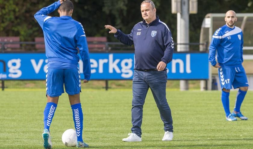 Ben Spork instrueert zijn manschappen. (Foto: Wijntjesfotografie.nl)
