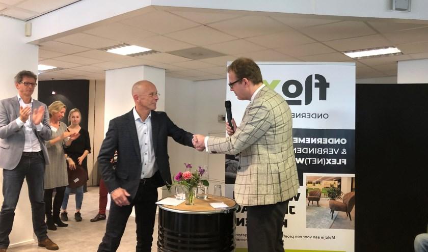 Burgemeester Marc Boumans feliciteert Flox-directeur Ronald Treijtel met de opening