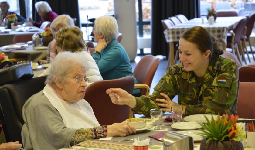 Jaarlijks houdt de KMA een maatschappelijk dag, waarop de cadetten iets terug doen voor de inwoners van Breda. Dit keer zamelen ze voedsel voor de voedselbank.