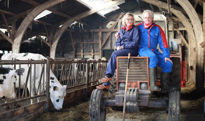 """Anne Marie en Eddie samen op de tractor. """"Meerijden op de tractor is voor gasten een belevenis!"""" (foto: Feikje Breimer)"""