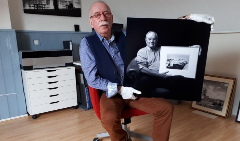 Leo Drughorn met het portret van huisarts Pieter Sluis.
