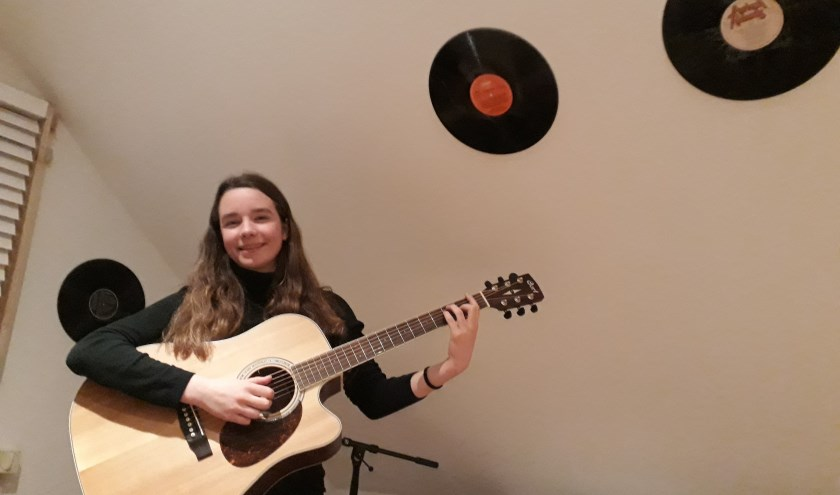 """Het jonge muzikale talent Janna Baerends: """"Ik speel een liedje op gevoel, dat kost minder moeite dan noten lezen."""" (foto: Ceciel Bremer)"""
