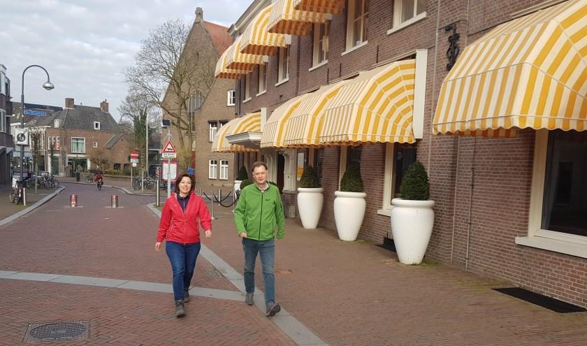 Ilonne Bongers en Wim Huijser eindigen de Wageningse Wandeling bij Hotel De Wereld. (foto: Kees Stap)