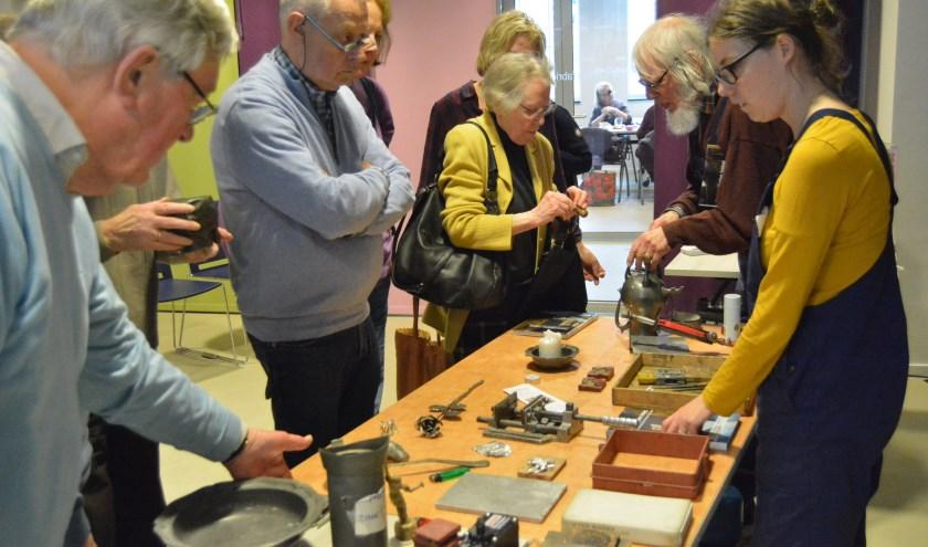 Bezoekers konden na de uitleg ook zelf deelnemen om tin in een vorm te gieten. (Foto's: Pieter Vane)