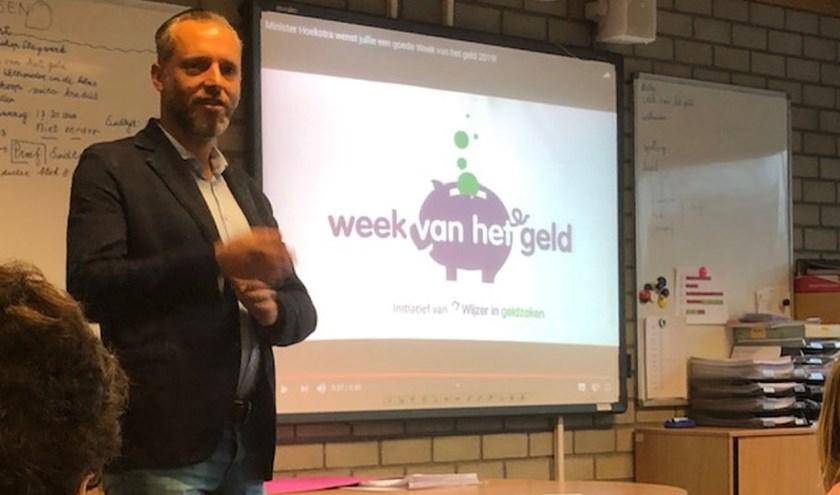 Wethouder Erik de Vries was maandagochtend bij groep 8 van basisschool 't Hout voor een gastles.