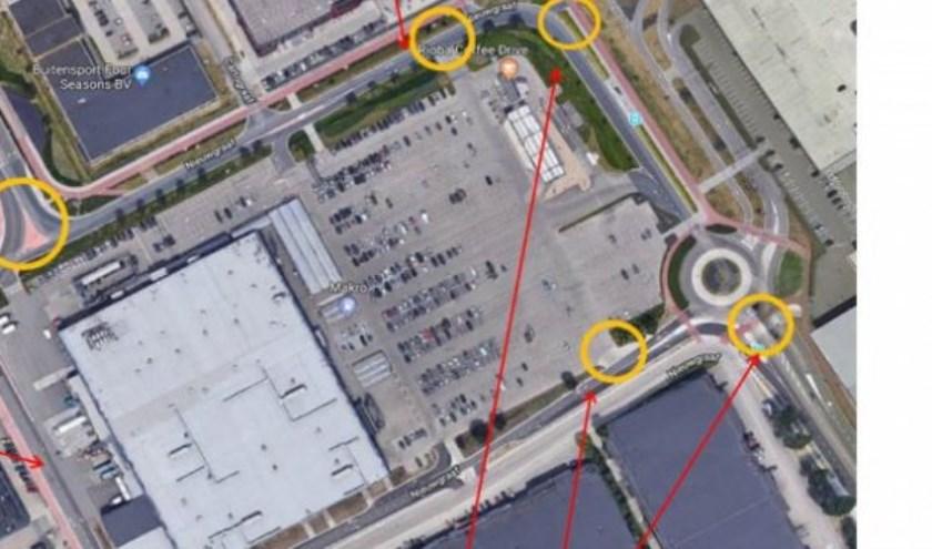 Waar de rode pijlen eindigen loopt het verkeer volgens Lindus nu al regelmatig vast. De problematiek is onderwerp van gesprek tussen het de gemeente en een aantal betrokken ondernemers.