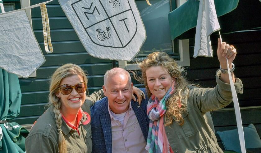 Ylona en Maaike van MY Fiestas ontwierpen voor de Winkeliersvereniging de vlaggetjes voor Montfoort Trouwstad. (Foto: Paul van den Dungen)