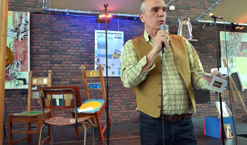 Peter de Jong met achter hem de kunstzinnig vormgegeven stoelen. (Foto: Frans Assenberg)