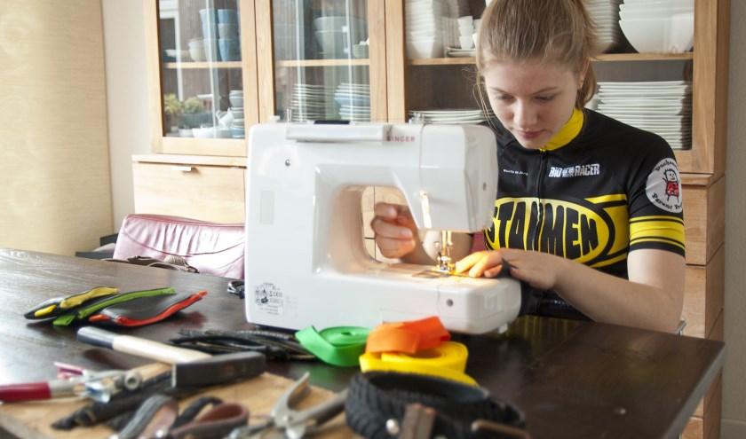 Noëlle de Jong is hard aan het werk om zondag genoeg verkoopwaar voor haar marktkraam te hebben.