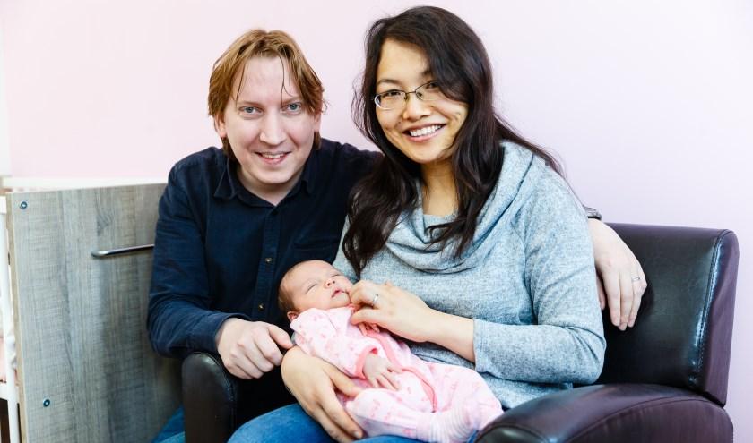 Een feestelijk moment voor de ouders: baby Julia is geboren. Voor de geboorte bleek ze in een stuitligging te liggen (Foto: Bram Saeys).