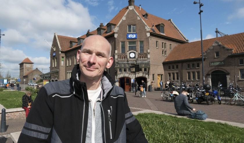 Arno Dijkhof van Stichting Industrieel Erfgoed Deventer (SIED) is bezig met een boek over station Dveenter. (foto Auke Pluim)