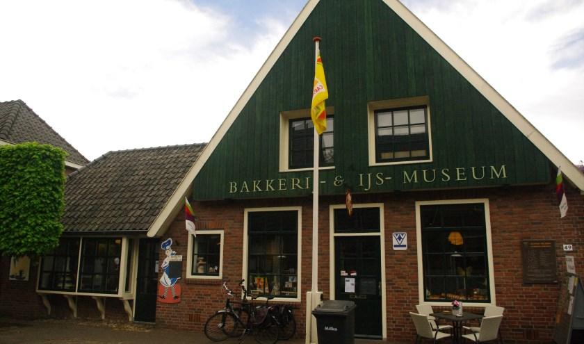 Het Bakkerij- en ijsmuseum met de vernieuwde pui (links), zodat het nu één mooi geheel is en niet meer twee aparte gebouwen lijkt.