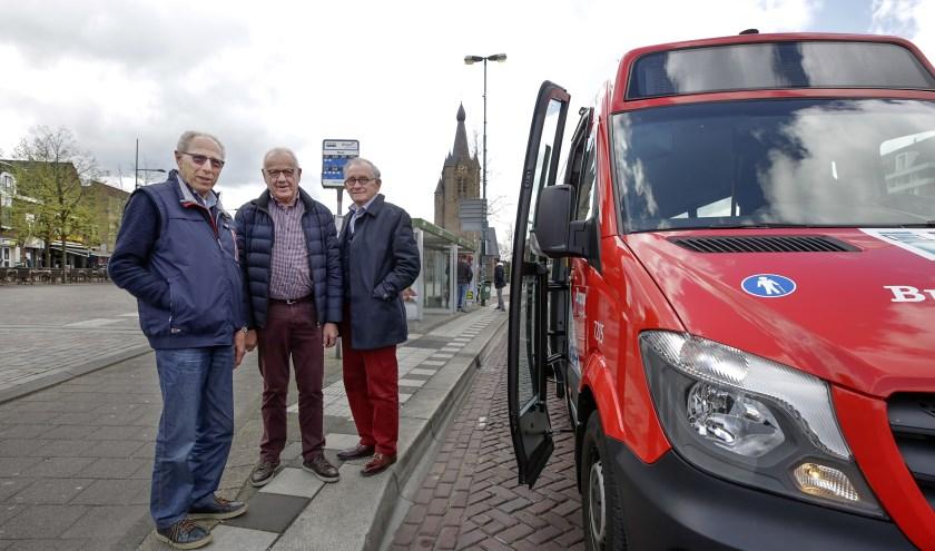 De mannen van het eerste uur bij de buurtbus. V.l.n.r. Eeg van Rooij, Cleem van Asten en Cor de Kinderen. Foto: Jurgen van Hoof