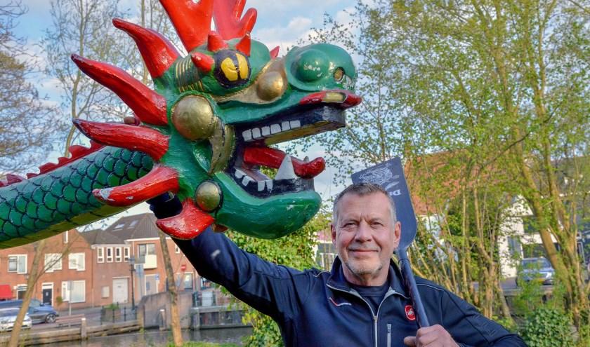 Voorzitter Bert Folkerts van de Montfoort Dragons staat met zijn peddel bij de kop van de drakenboot. (Foto: Paul van den Dungen)