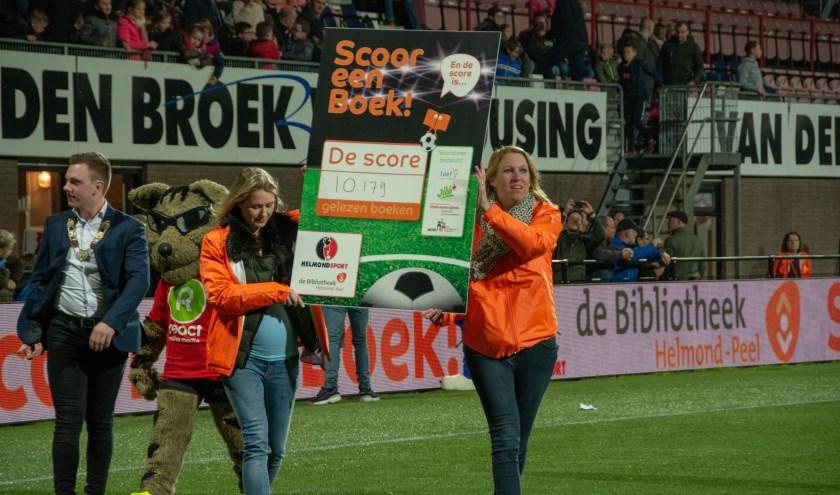 Jeugdburgemeester Daan Mikkers (links) komt het veld op om de eindstand bekend te maken. Foto: Nora Leipzig.