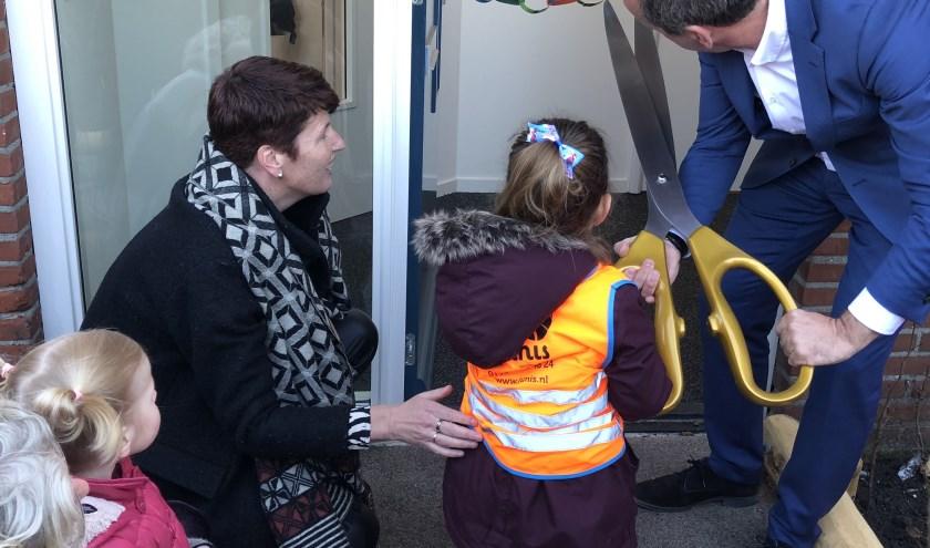 Wethouder Gert-Jan Schotanus opent PeuterStart Kikkervisjes samen met de kinderen.