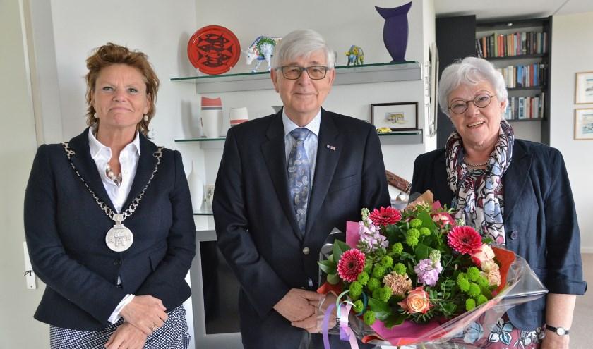 Burgemeester Petra van Hartskamp - de Jong kwam vrijdagmiddag in Linschoten het gouden bruidspaar Kamerling-Kreeft feliciteren en ging samen met hen op de foto. (Foto: Paul van den Dungen)