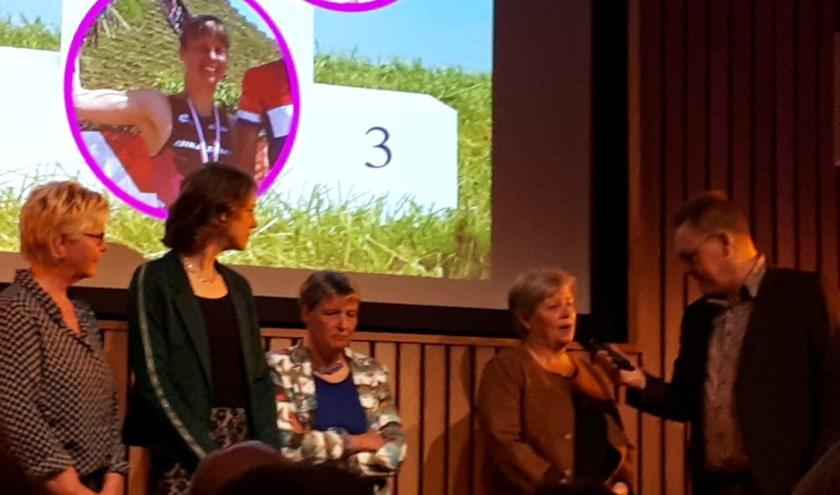 Wethouder vd Wiel reikt prijs uit van beste sportvrouw.
