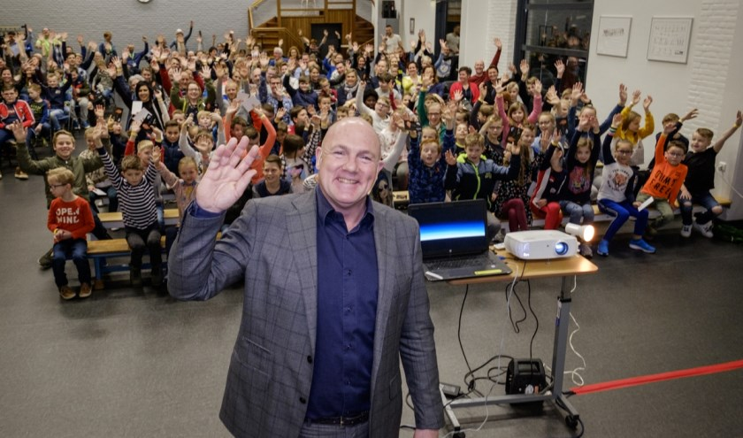 Astronaut André Kuipers heeft afgelopen vrijdagde patiënten en medewerkers van Roessingh, Centrum voor Revalidatie verteld over zijn bijzondere ervaringen tijdens zijn verblijf van 193 dagen in de ruimte.