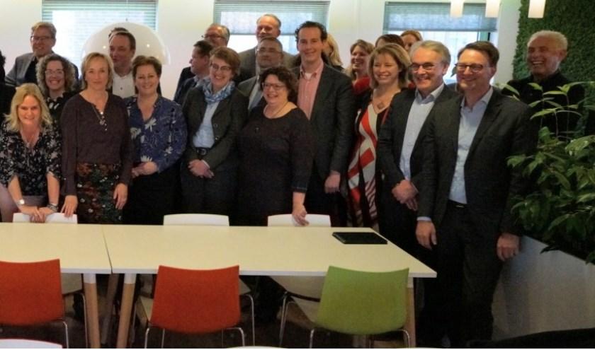 Veertien Twentse gemeenten en verschillende instanties tekenden een convenant om de schuldproblematiek in Twente eerder en breder aan te pakken.