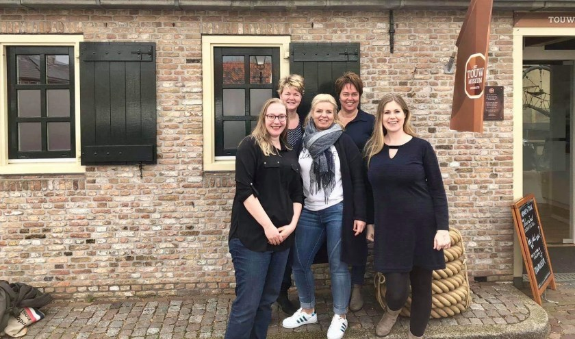 De organisatie achter de jaarmarkt: Carolien Sleeuwenhoek, Joanne Vlieland, Jolijn Slingerland,Angela Melkert en Conny de Jong. (Foto: PR)