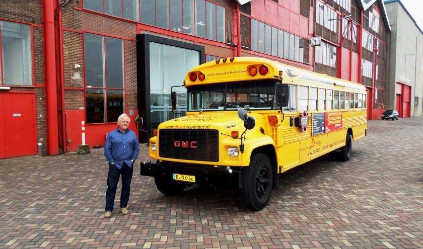 Hans van Meggelen voor zijn inmiddels beroemde Amerikaanse gele schoolbus. Hij is echter méér dan de chauffeur. Hans is een echte verbinder, een bruggenbouwer pur sang. Foto: Joop van der Hor
