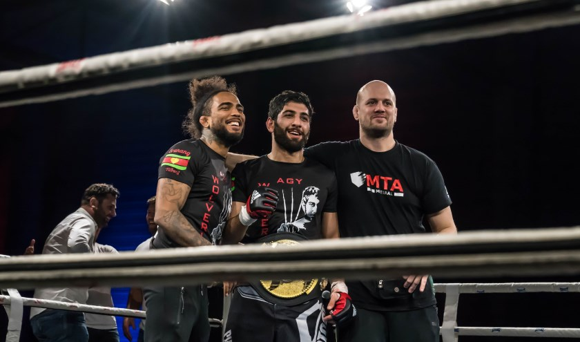 Agy Sardari met zijn coaches, net na het winnen van de belt en de titel MMA Atlas kampioen. Foto door: Liesbeth van Groenendaal