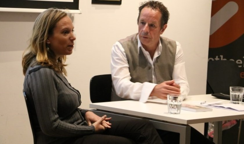 Frans Limbertie ondervraagt een van zijn gasten in een eerdere editie van RondomRijswijk.