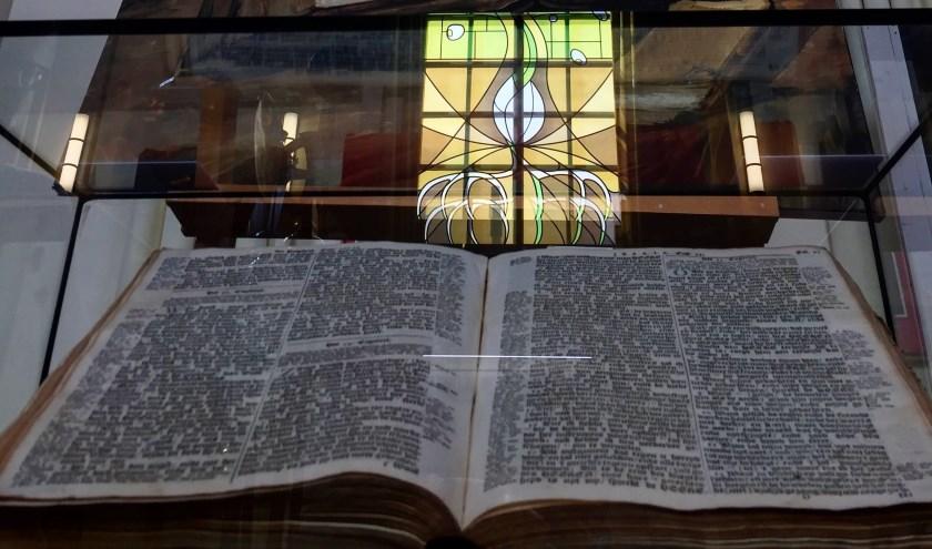 Eén van de objecten op 'Van Religie tot Zingeving' is de fraaie staten-bijbel van de vader van Vincent van Gogh. FOTO: PIERRE VAN DAMME