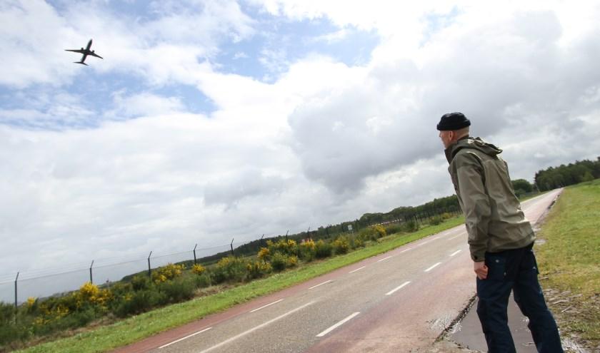 Kees Dankers woont heel zijn leven al op 50 meter van de omheining van de luchthaven... FOTO: Ad Adriaans.
