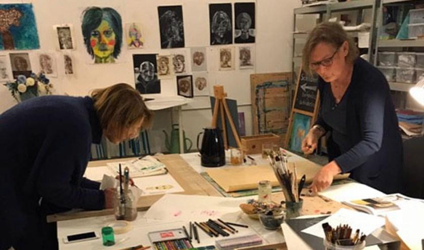 Deelnemers aan het werk tijdens de training The Artist's Way