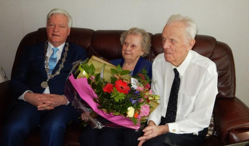 Burgemeester Frans Buijserd op bezoek bij Goof van der Hoorn en Toos van der Sta.