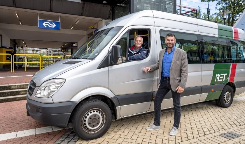 Buurtbus bij station Schollevaar met wethouder Dick van Sluis en vrijwilliger Paul van Gink.