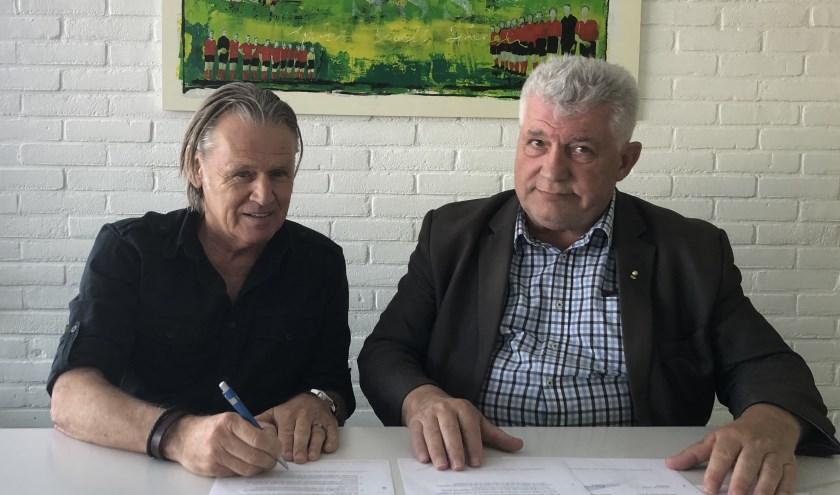 De nieuwe hoofdtrainer Jamel Rikkers (links) met SSS-voorzitter Peter Riedijk. (foto Sander Veldhoen)