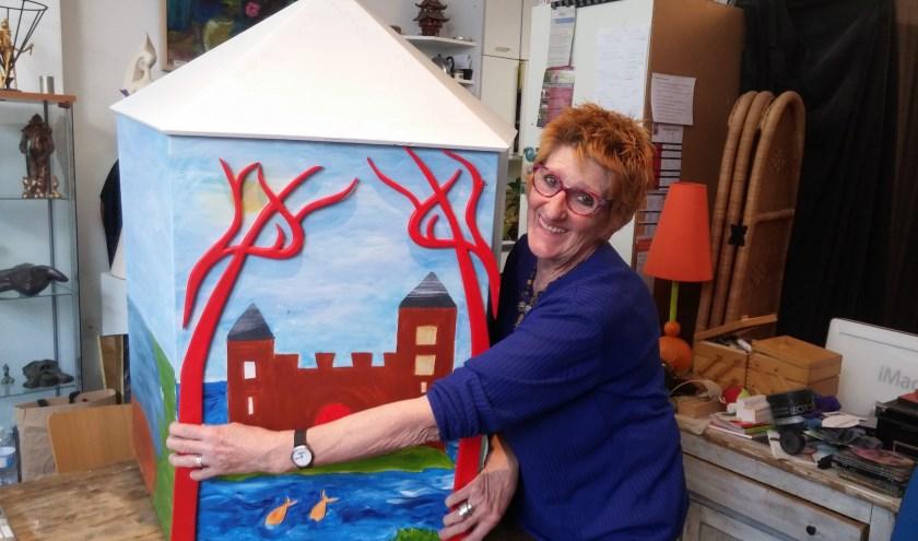 Kunstenares Nanda van Alebeek werkt aan het prototype van de Grootste Kijkdoos van Nederland die vanaf 19 mei in Kerkdriel te bewonderen is.