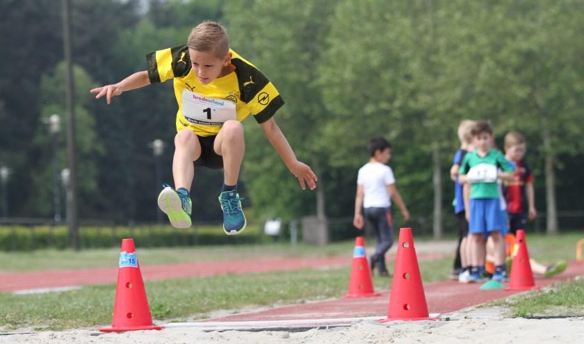 De 7-jarige Tim van basisschool Dick Bruna vindt verspringen een leuke sport. FOTO: Ad Adriaans.